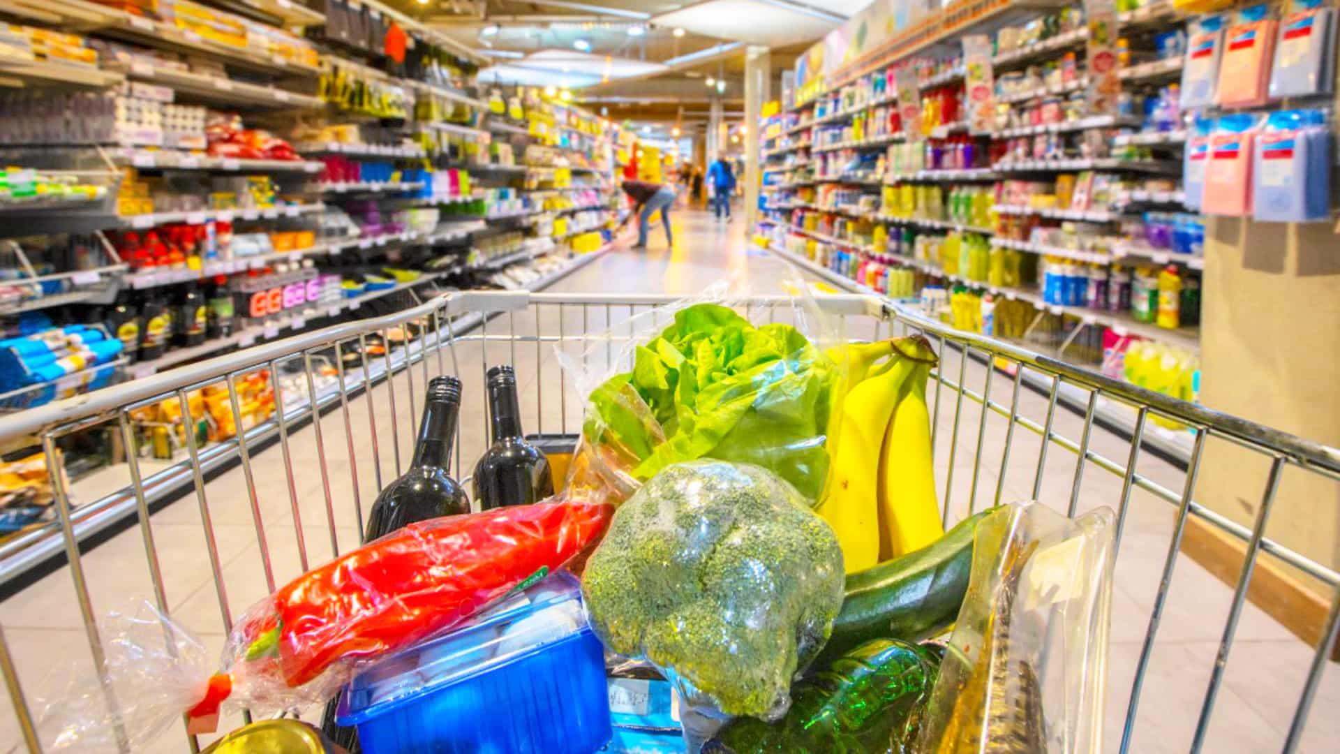 Supermercado com frutas frescas carnes e laticínios com controle de pragas através da dedetização consciente e segura
